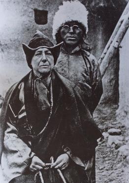 Alexandra David-Néel avec son fils adoptif et compagnon de voyage, le lama Aphur Yongden, lors d'un de ses voyages