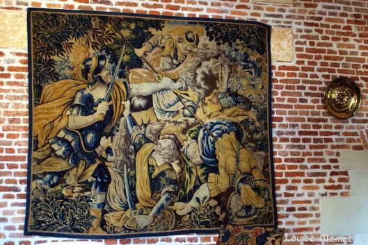 Tapisserie historique d'Audernarde en laine et soie du XVIème siècle illustrant la bataille de Pavie et la capture du Roi de France, François 1er et la mort du Maréchal Jacques de la Palisse /  Historical Oudenaarde wool and silk tapestry from the 16th century illustrating the Battle of Pavia (1525) and the capture of the King of France, François I and the death of Maréchal Jacques de la Palisse